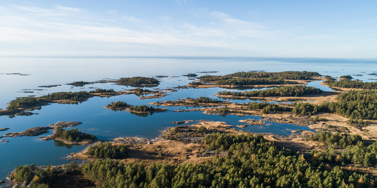 Flygbild över en en sjö med dess skärgård.
