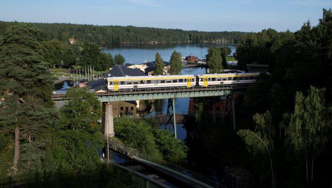 Tåg som kör över en bro.