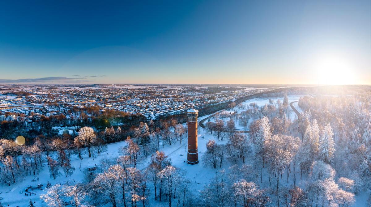 Utsiktsbild över Falköping med utsiktstornet och staden. Vinterbild med snö.