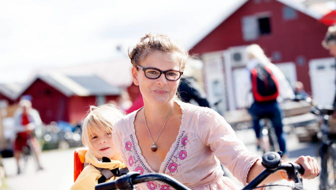 Solig sommardag på Sydkoster med en mamma och barn med cykel