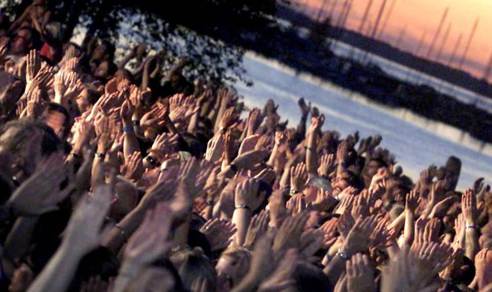 Publikhav med Vänern i bakgrunden.