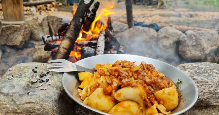 Nylagad mat vid en grillplats i Hjo