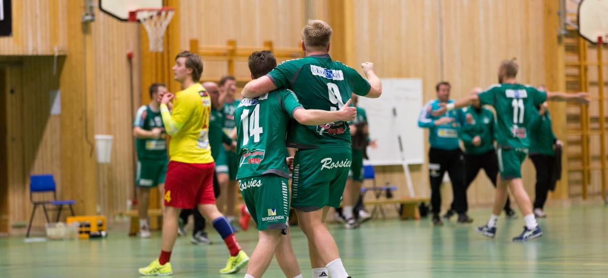 Handbollsspelare som kramar om varandra efter segermatch.