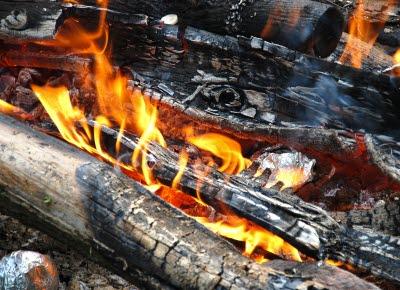 En brinnande vedbrasa.