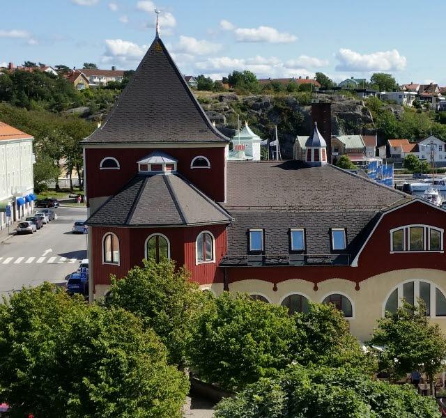 Strömstad badanstalt, en stor byggnad med röd och gulmålad fasad och torn