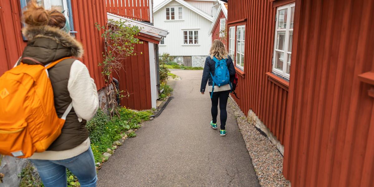 Två kvinnor vandrar på Käringön