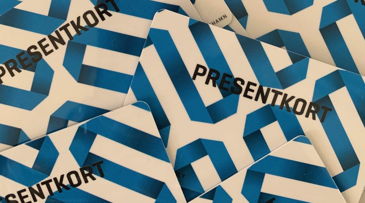 Blåvita presentkort i en hög