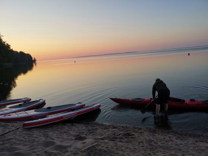 Stand up paddle boards på stranden vid Guldkroksbadet Hjo
