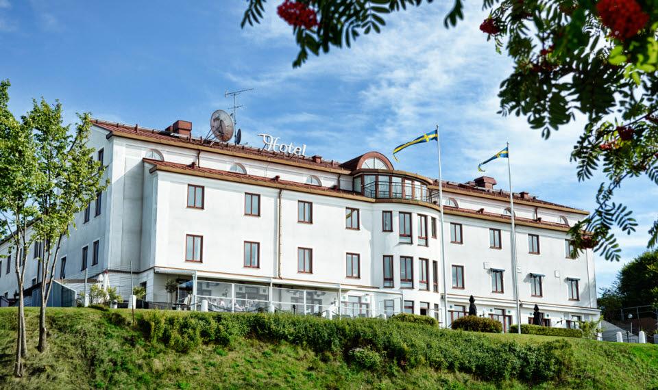 Ståtliga Hotell Bogesund med flaggor i topp en sommardag i Ulricehamn.