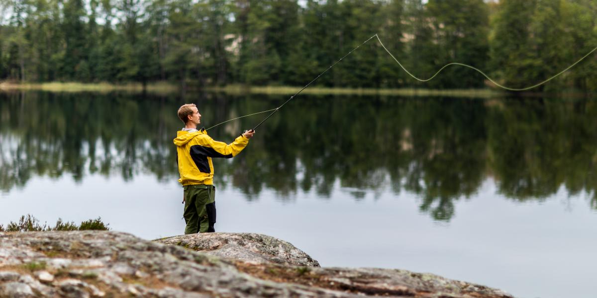 Man som fiskar vid en sjö i Dalsland