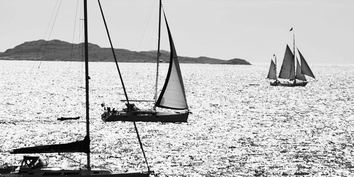 Utsikt från Saltö och omgivande Kosterhavet nationalpark med segelbåtar.