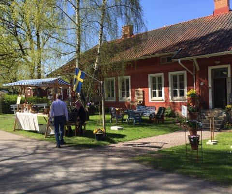 Vårig och påskig bild på ett av husen i Falkängens Hantverksby.