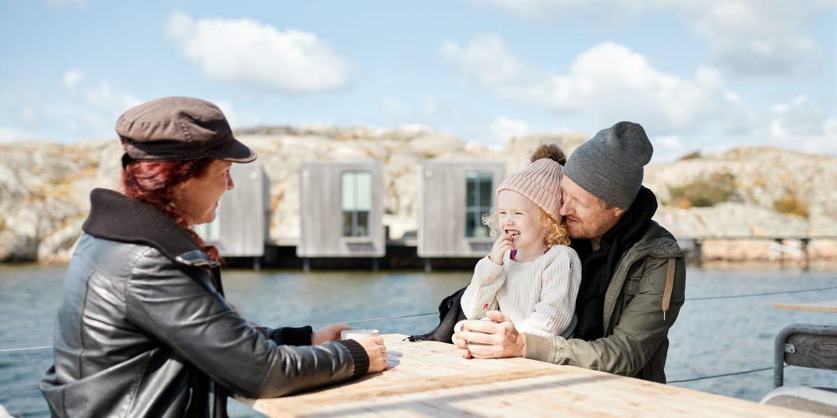 Familj besöker Nordiska Akvarellmuseet i Skärhamn