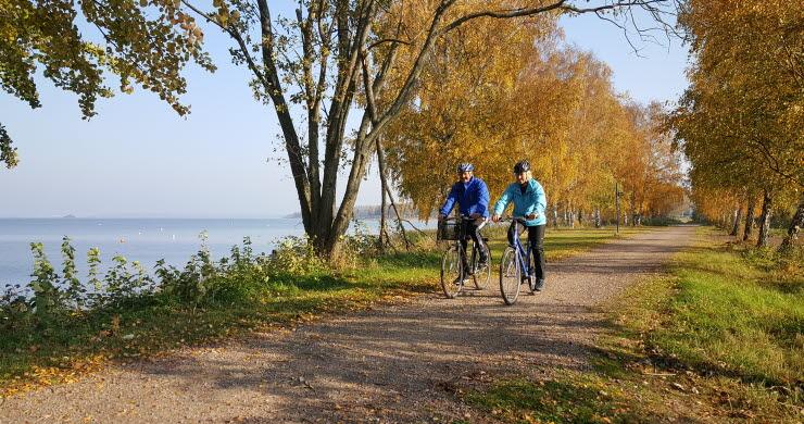Ett par cyklar på grusväg längs Vänerns strand i Mariestad.