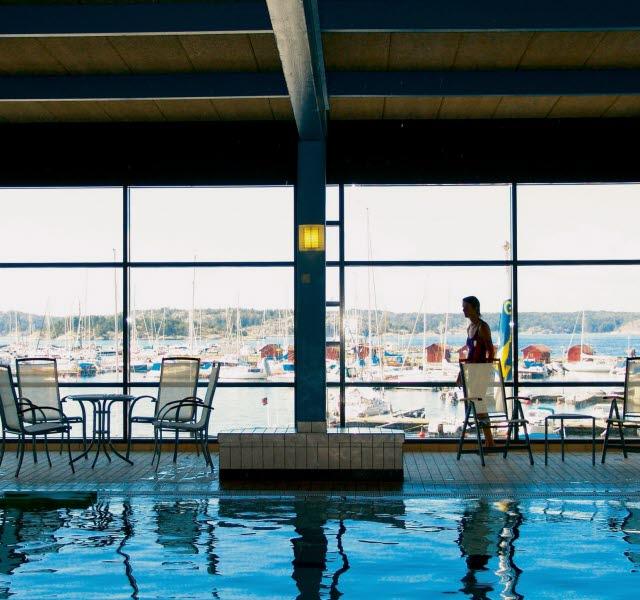 Inomhuspool på Strömstad badanstalt med stora panoramafönster  mot gästhamnen.