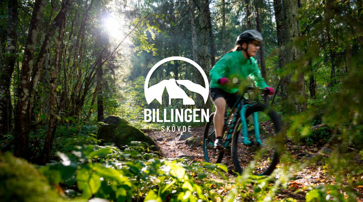 Tjej som cyklar MTB i skogen på berget Billingen