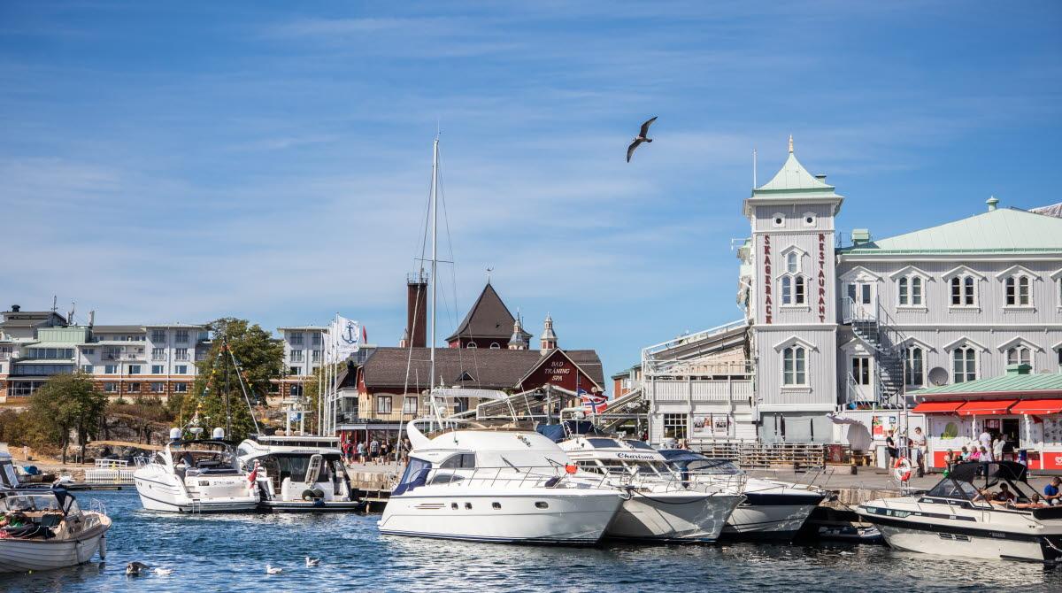 Strömstads gästhamn med historiska byggnader so Skagerack och badhuset.