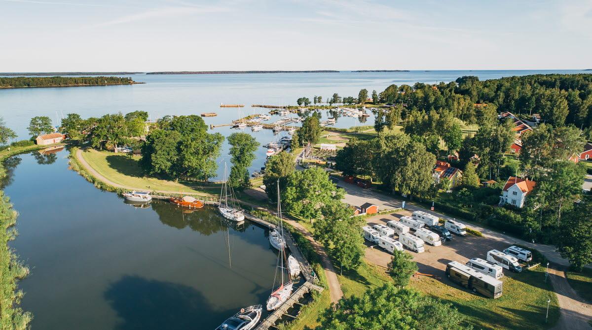 Flygbild med utsikt över Vänern, Göta kanals inlopp med gästhamn och ställplats i Sjötorp.