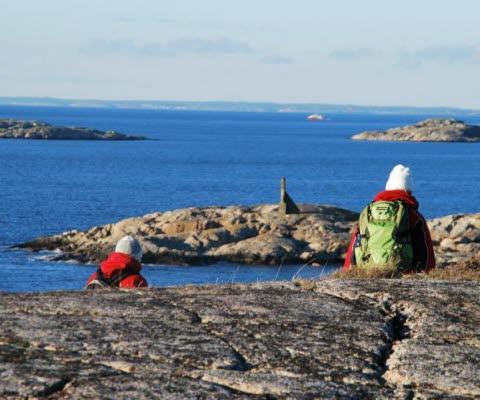 Kustnära vandring på klippor i naturreservatet Saltö med utsikt över Kosterhavet nationalpark.