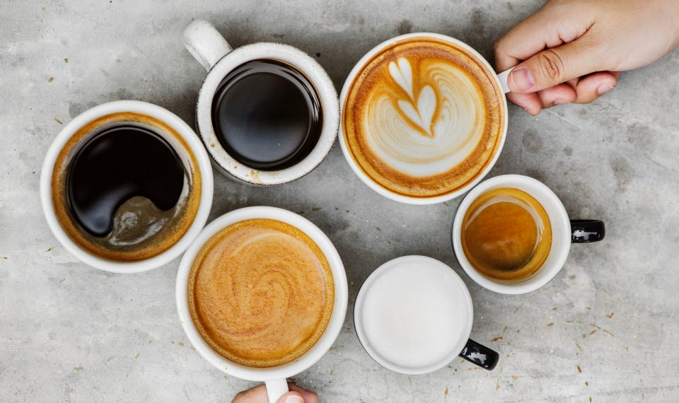 Sex stycken kaffekoppar med olika sorters kaffe i.