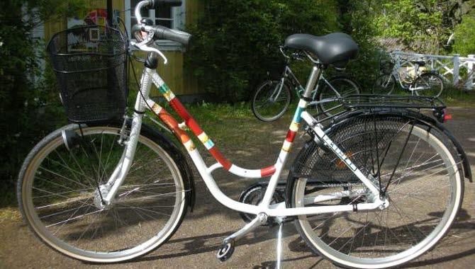 Cykel med ränder i olika färger.