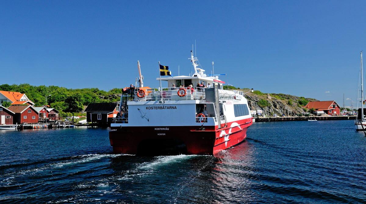 Kosterbåten åker igenom Kostersundet, vilket är det sund som går emellan Nord- och Sydkoster.