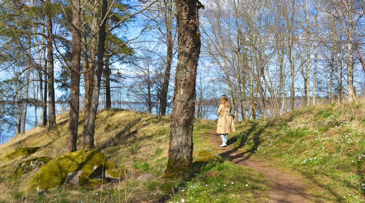 Kvinna promenerar på Prästberget