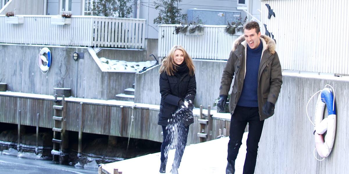 En man och en kvinna på vinterpromenad ute vid Kebal, Strömstad Spa hotell.