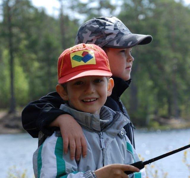 Två barn  som fiskar på Hökensås naturområde.