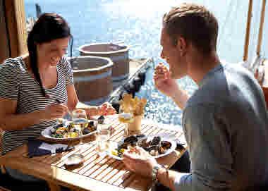 Couple eating mussel dinner by the sea - Photo Jonas Ingman - M2B AB.jpg