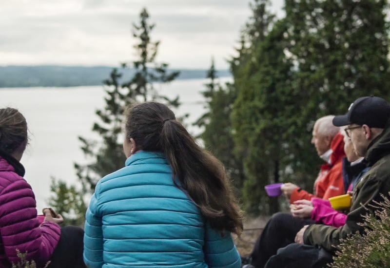 People hiking at Åsundenleden