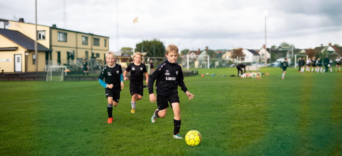 Pojkar som spelar fotboll.