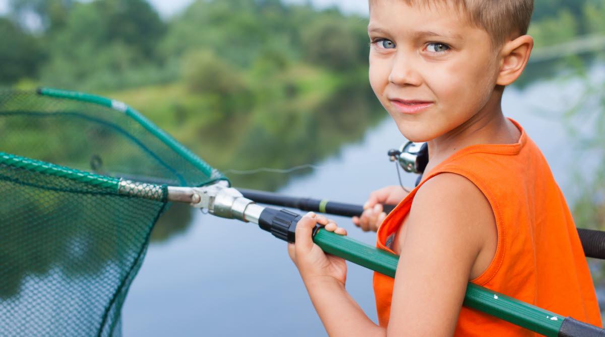 barn med fiskehåv
