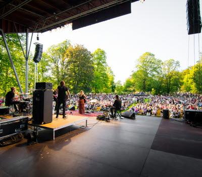 En konsert på sommaren med en bild över publiken i Stadsträdgården.