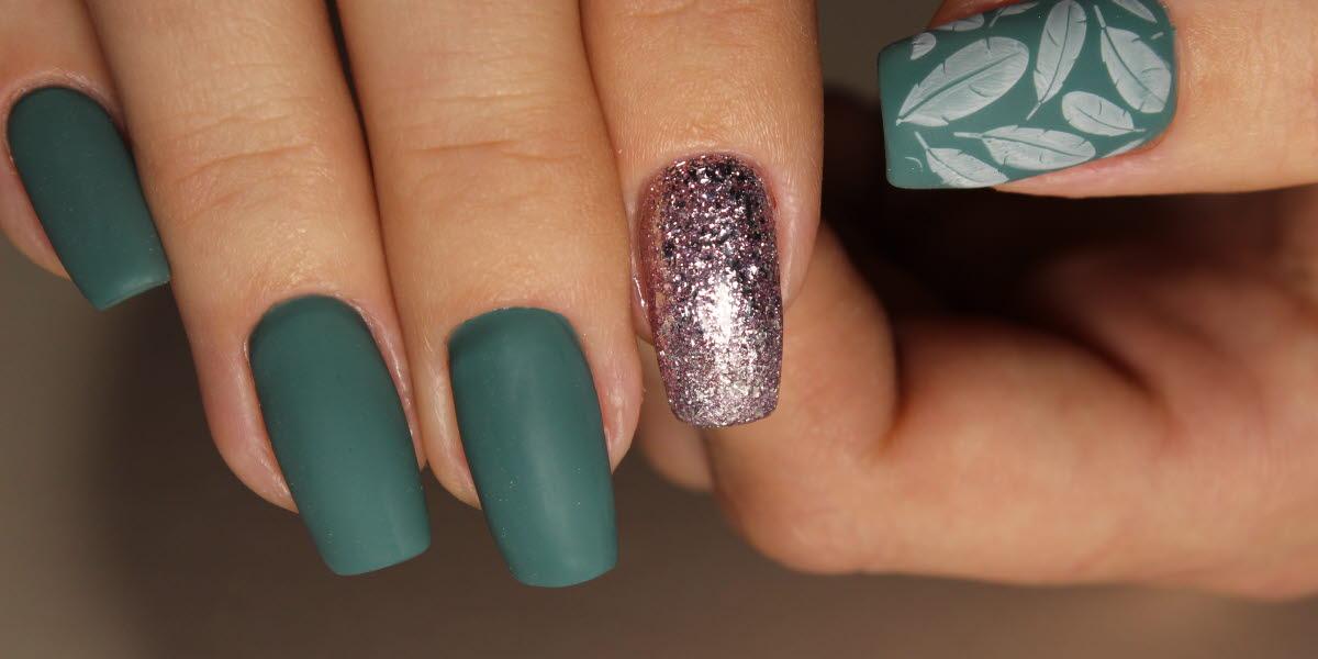 Designade naglar i grönt och silver.