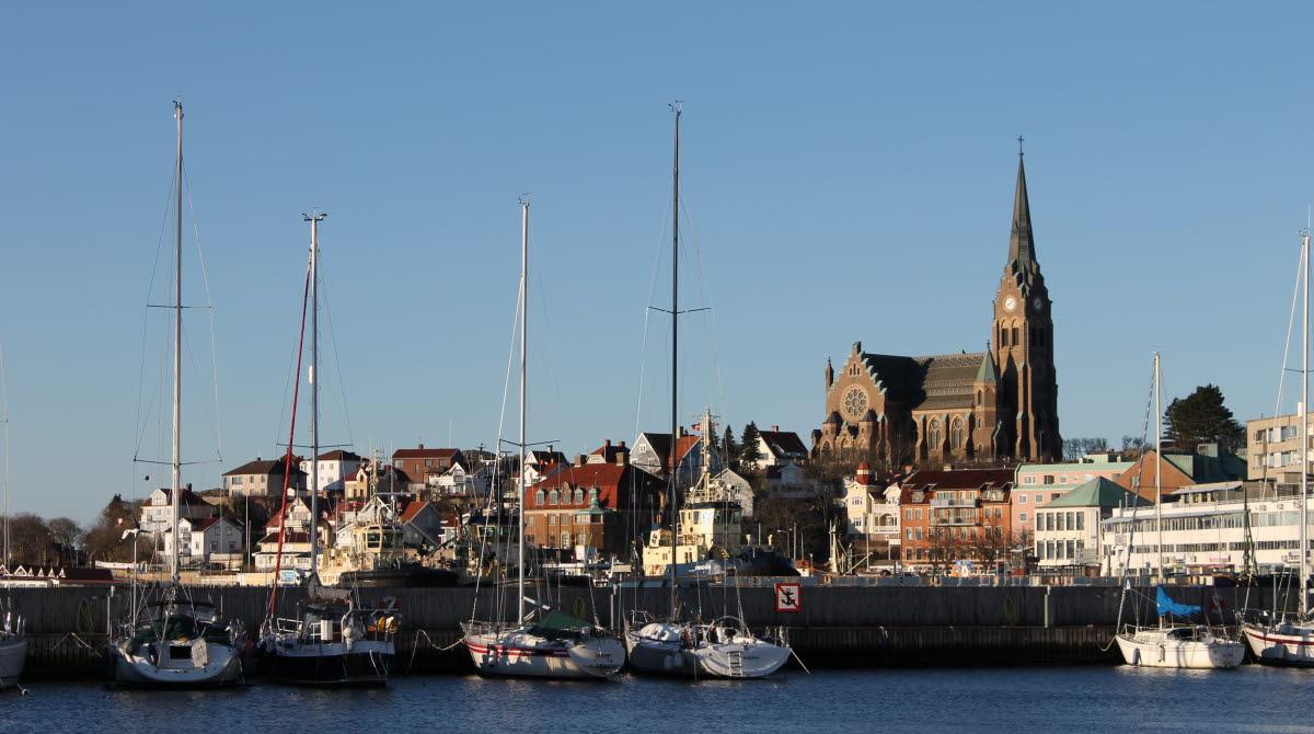 Kyrka och båtar i Lysekils hamn