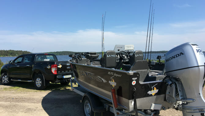 Bil med båt på trailer tillhörande Sportfish Dalsland