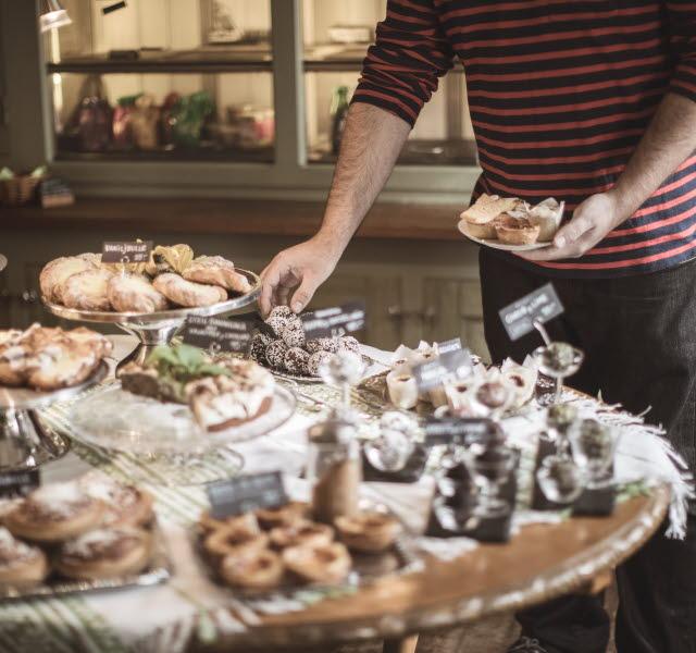Man plockar kakor från en fikabuffé