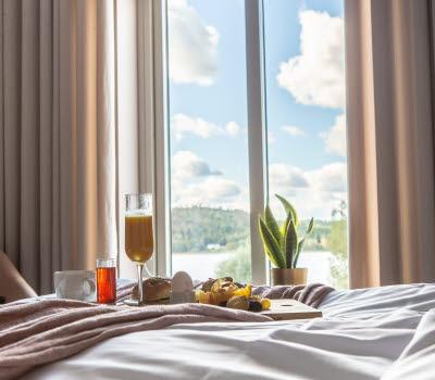 Frukost på sängen hos Hotell Bogesund i Ulricehamn.