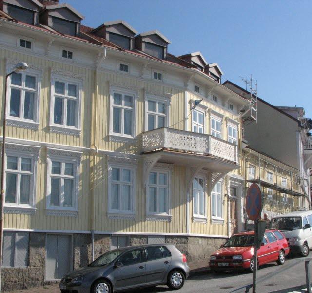 En gult trähus vid botten av Vatulandsbacken i centrala Strömstad.