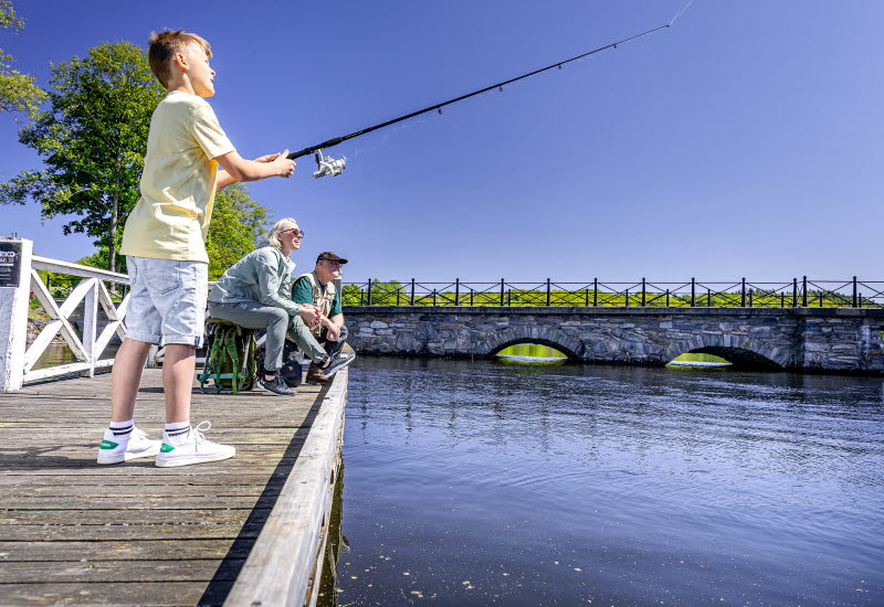 Sävelången pojke som fiska vid Nääs bro.