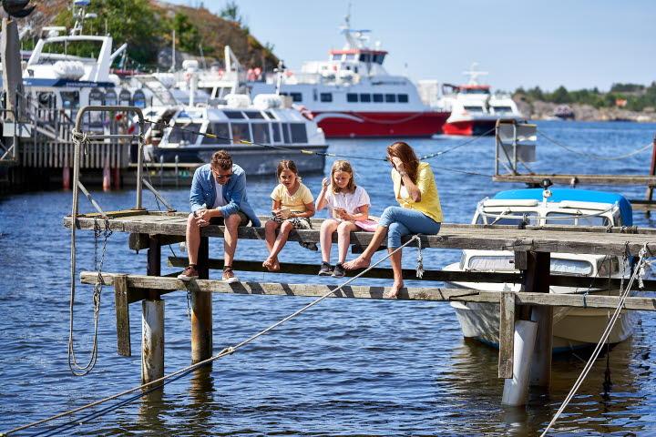 Familj på brygga i norra hamnen