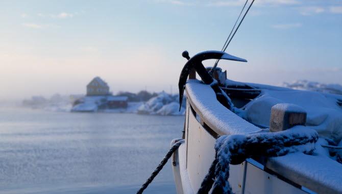 Snötäckt fiskebåt