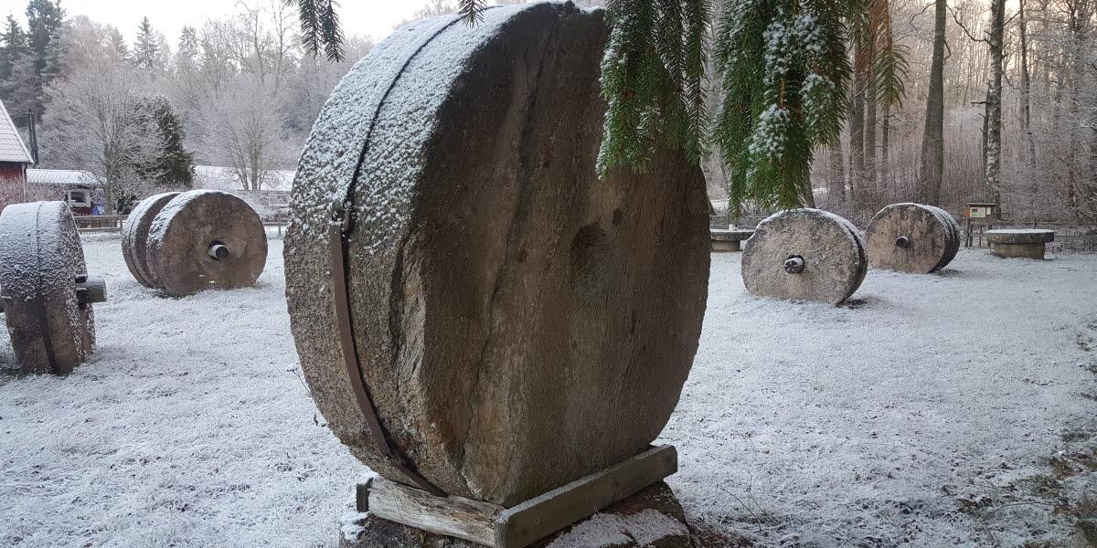 Kvarnstenar i snötäcke på Kvarnstenstorget på Lugnåsberget.