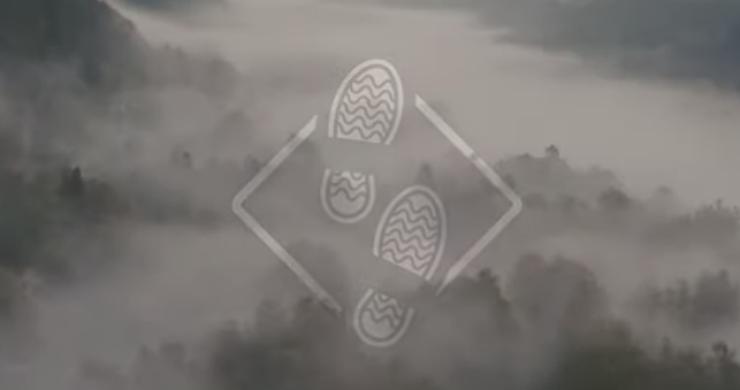 En vy över ett dimmigt landskap
