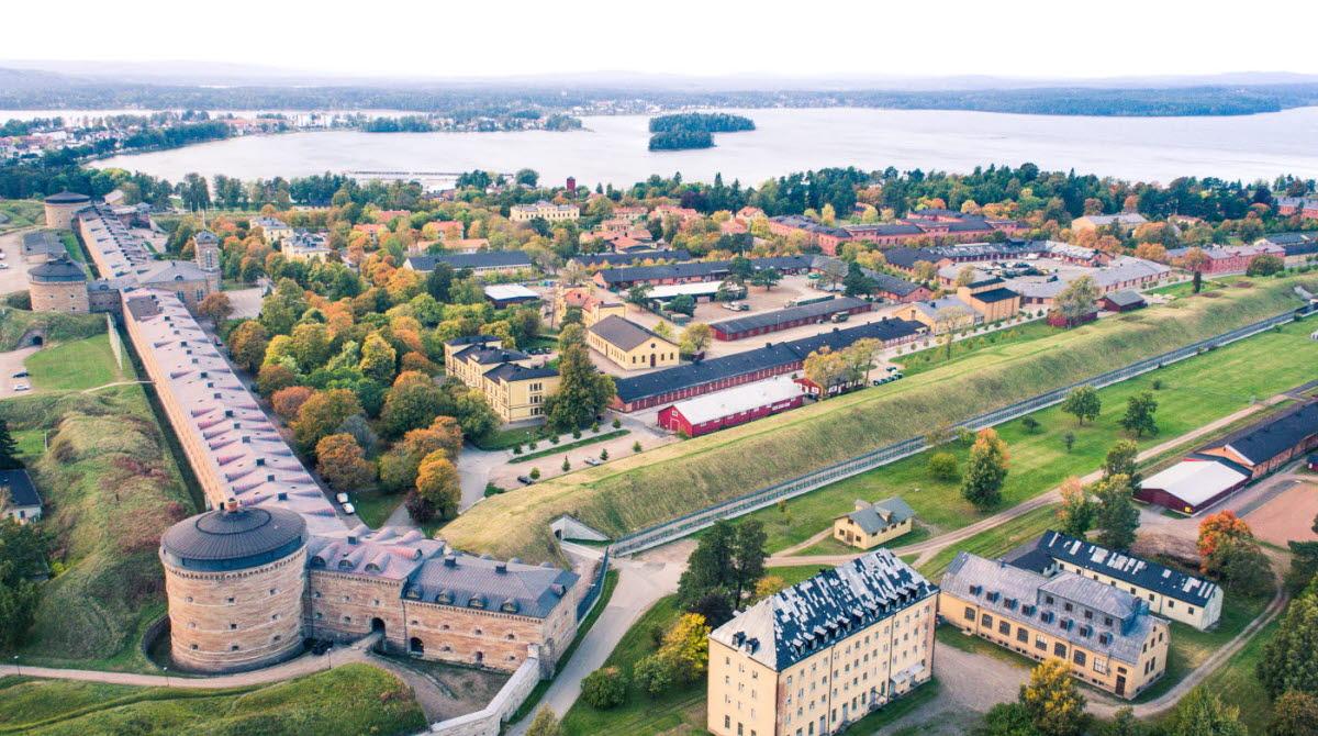 En flygbild över Karlsborgs fästning intill vättern