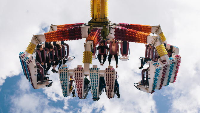En färgglad karusell uppe bland molnen