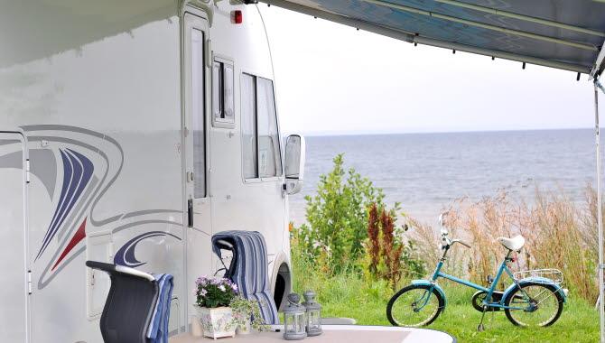 Husbil på Hjo camping med utsikt över Vättern.