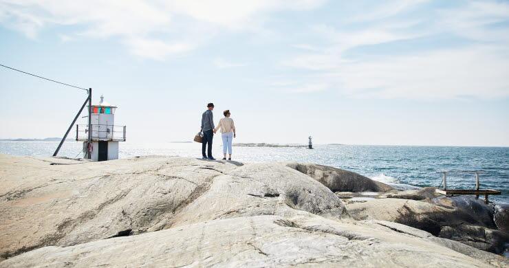 Par med picknick korg vid Hönö Klåva fyren