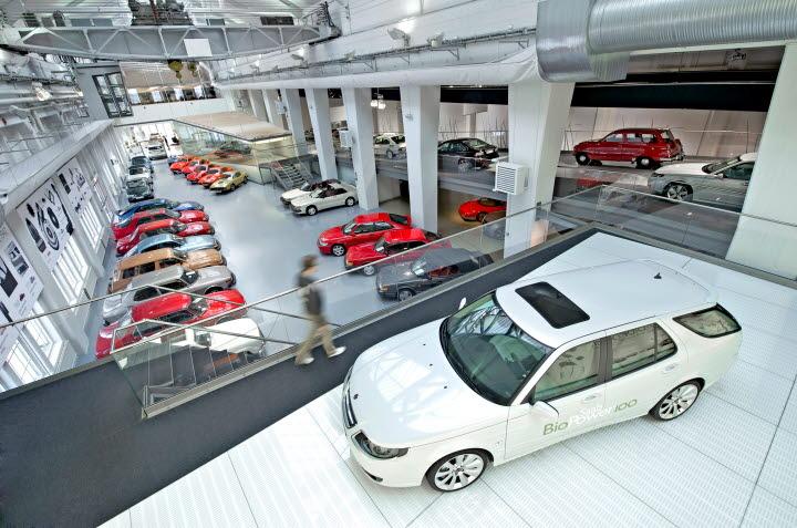 Bilar i en bilhall.